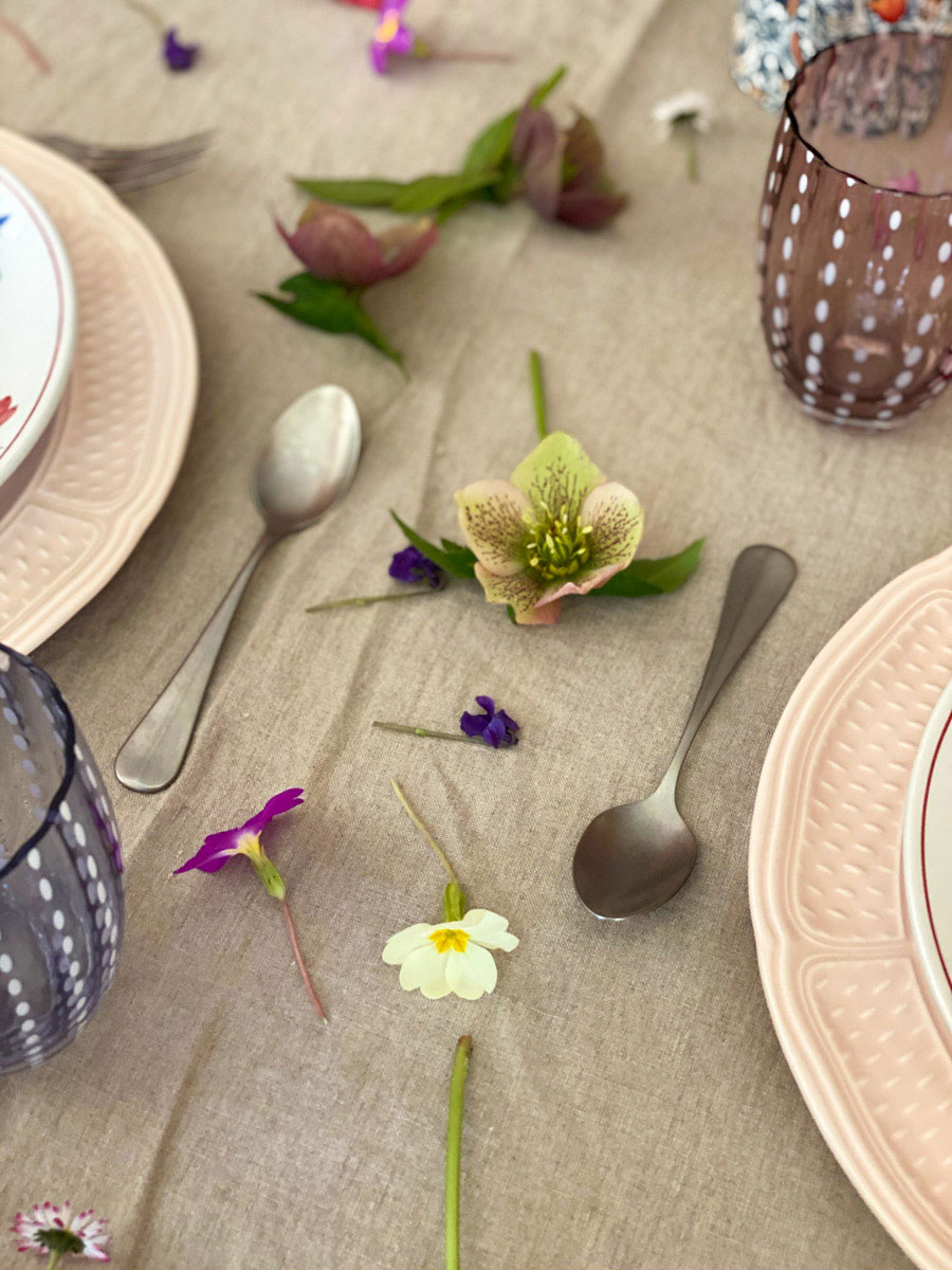 a-charming-spring-table-flowers